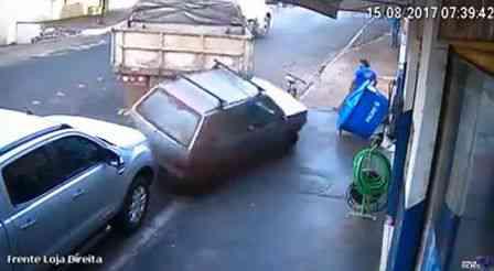 Acidente: Vídeo- Caminhão desgovernado invade loja deixando uma pessoa ferida