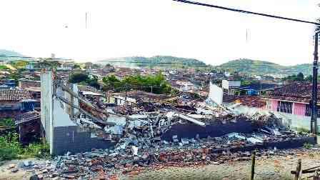 Incidente: Teto desaba e destrói Igreja Evangélica