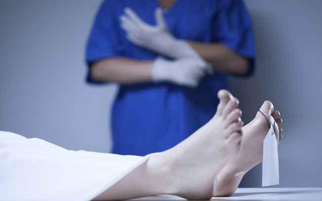 Necrofilia: Marido flagra enfermeiro abusando sexualmente do corpo da esposa morta