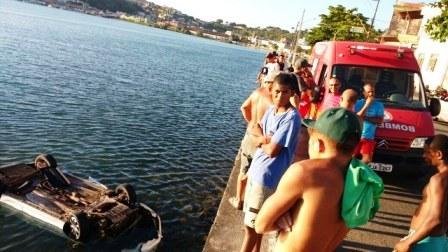 Ilhéus: Motorista perde controle da direção e carro cai no mar