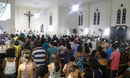 Una: Padre Gilvan celebra missa de despedida