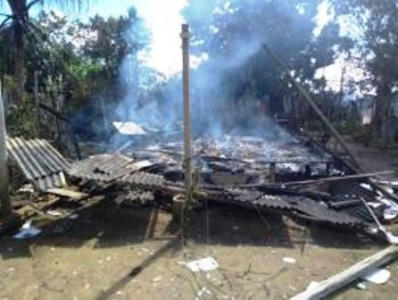 Una: Curto circuito provoca incêndio e destrói residência no distrito de Vila Brasil