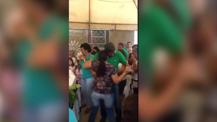 Inusitado: Viúva dança forró no velório do marido e vídeo viraliza na internet