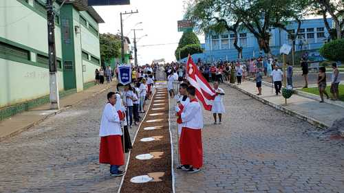 Una: Católicos comemoram Corpus Christi com missa e procissão