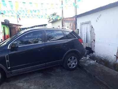 Canavieiras: Carro colide em residência; PM é acionada