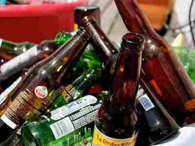Una: Decreto da Prefeitura proíbe venda de bebidas em recipientes de vidro durante a  micareta da cidade