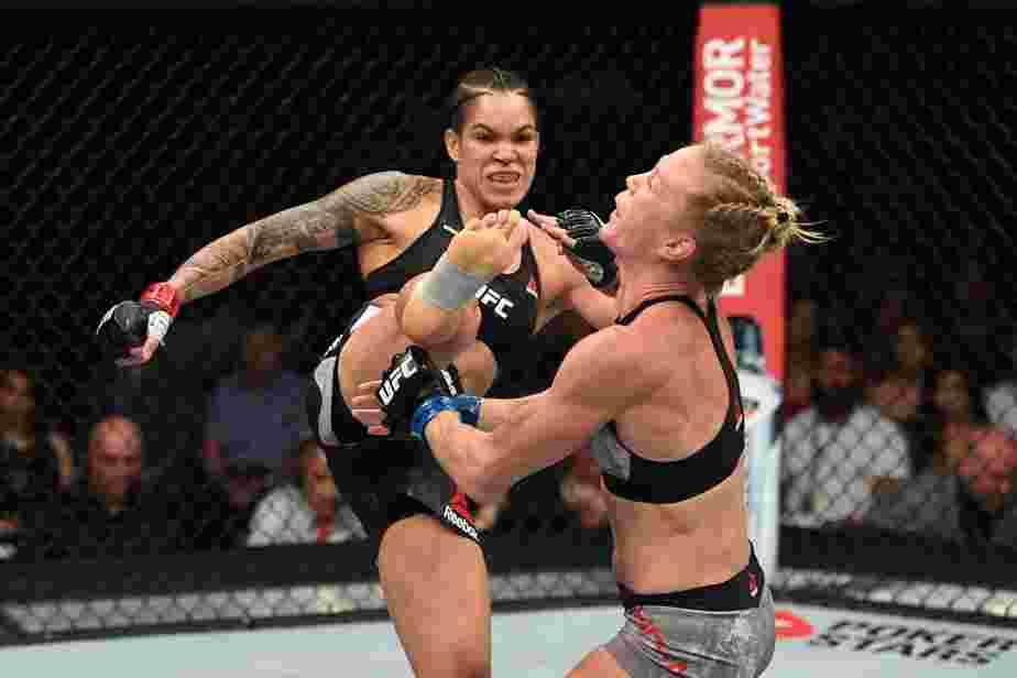 UFC: Com chute na cabeça, Amanda Nunes demole Holly Holm