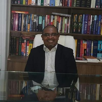 Professor Unense é homenageado por colega de Mestrado