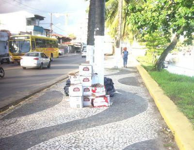 Ilhéus: Leitor do Una News denuncia comerciante que descarta lixo na calçada da Avenida