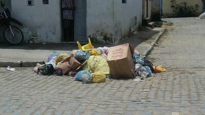 Una: Desrespeito aos horários de coleta de lixo está deixando a cidade suja e poluída