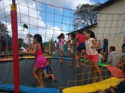 Una: Dia das crianças no distrito de Vila Brasil
