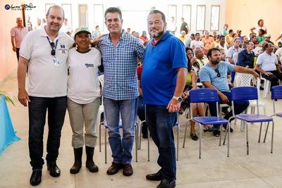 Edmar Luz entrega alevinos para produtores rurais de Canavieiras