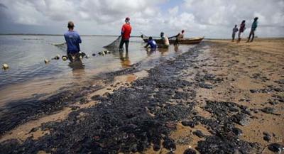 Bolsonaro assina medida provisória que libera R$ 1.996 para pescadores de cidades atingidas por manchas de óleo