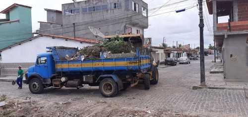 Canavieiras: Após reclamação no Una News, Prefeitura realiza retirada de lixo em terreno baldio