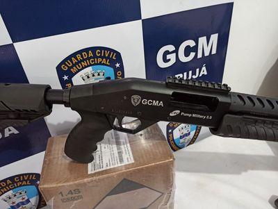 Arujá: Vídeo-Prefeito entrega novas armas para a Guarda Civil Municipal