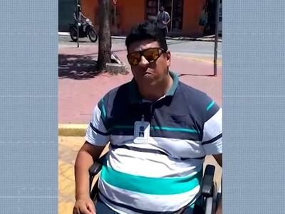 Porto Seguro: Deficiente físico bloqueia rua em protesto contra motos que estacionaram em vaga especial
