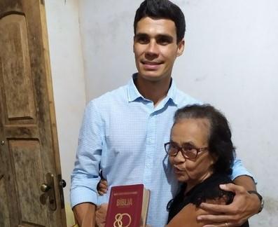 Una: Moradora de Vila Brasil presenteia o Prefeito Tiago com uma Bíblia