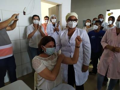 Una: Enfermeira Eliacy é a primeira pessoa a ser vacinada contra a Covid-19 no município