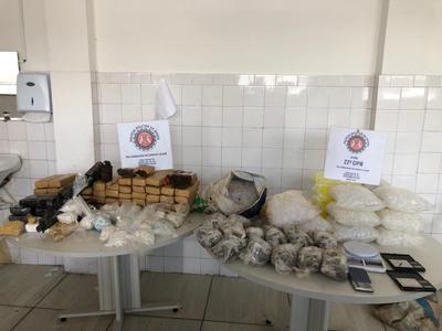 Simões Filhos: Polícia encontra 5 mil porções de drogas e granada enterradas