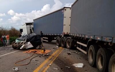 Tragédia: Acidente entre carro e carreta deixa quatro mortos em rodovia no sudoeste da Bahia